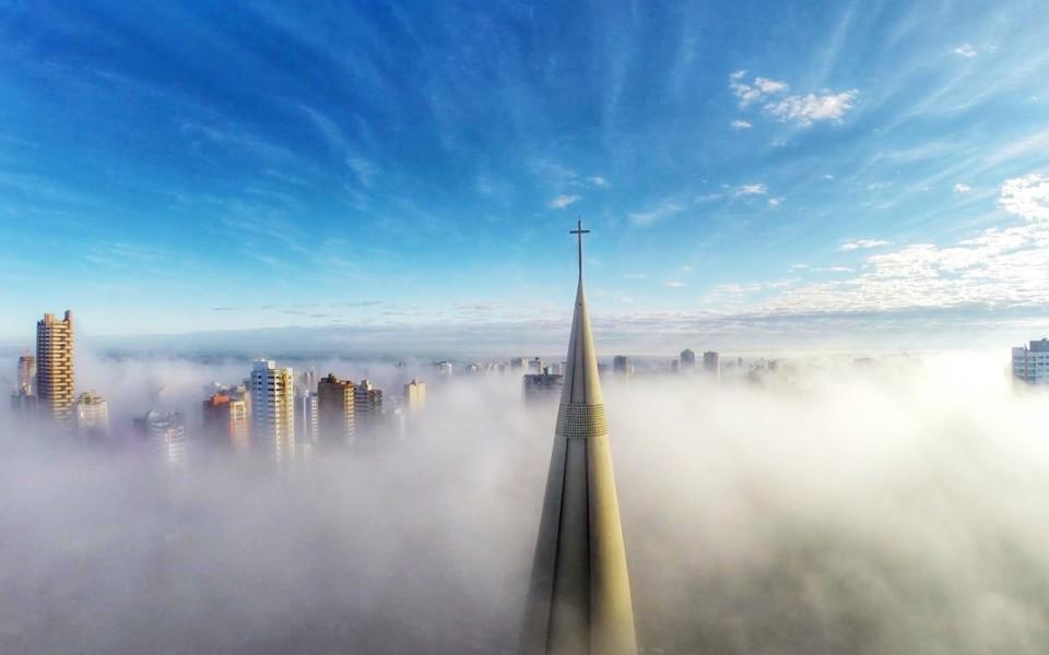 http://idtp.pl/wp-content/uploads/2015/12/Above-the-mist-Maringá-Paraná-Brazil-960x600_c.jpg